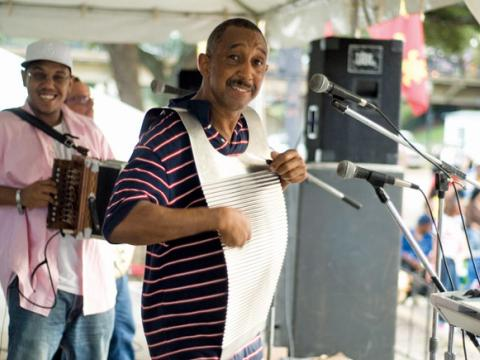 ケイン・リバー・ザイデコ・フェスティバルでウォッシュボードを演奏