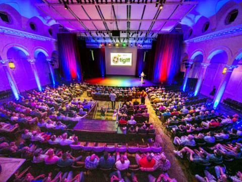 タンパ国際ゲイ + レズビアン映画祭で上映を待つ観客