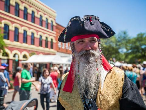 フロリダ州アメリア島でアイル・オブ・エイト・フラッグス・シュリンプ・フェスティバルの期間中に海賊と一緒にパレード