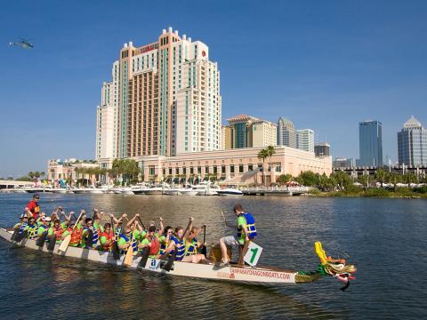 フロリダ州タンパでレースに出場したドラゴンボート