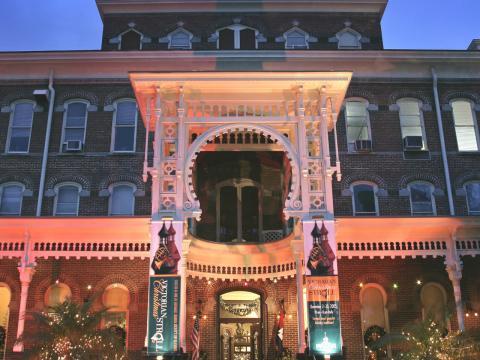 プラント博物館のビクトリアン・クリスマス・ストロール期間中に飾り付けられたビクトリア様式の建物