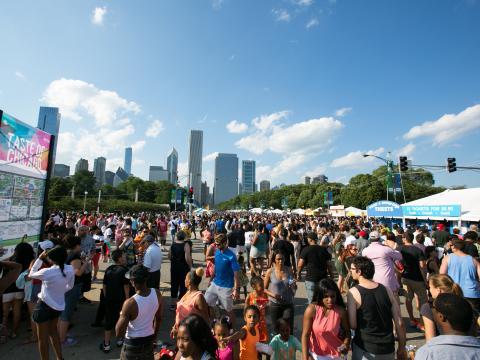 グラントパークで 5 日間にわたり開催されるテイスト・オブ・シカゴで味わうシカゴの絶品料理