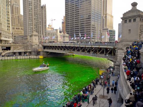 セント・パトリック・デイにエメラルドグリーンに染まるシカゴ川