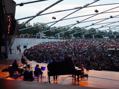 ミレニアムパークのジェイ・プリツカー・パビリオンで開催されるシカゴ・ジャズ・フェスティバルの催しもの