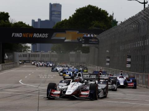 デトロイトを駆け抜けるグランプリカーレース