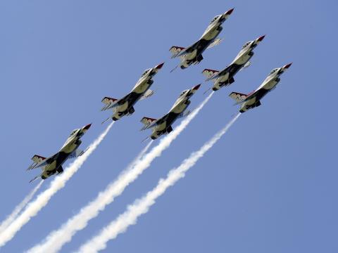 ミネソタ州で開催されるダルース航空ショーで空高く舞い上がる飛行機。