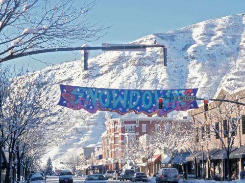 デュランゴの冬のスノーダウン開催中の大騒ぎ、昼食会、光のパレード
