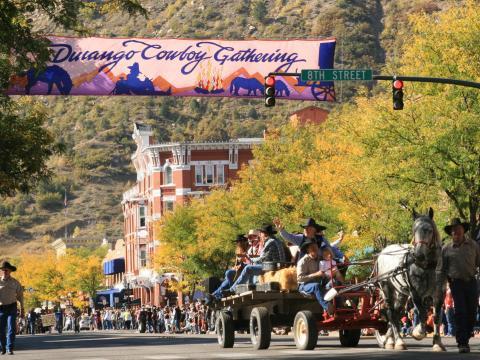 毎年開催されるデュランゴ・カウボーイ・ポエトリー・ギャザリングの車のない道路でのパレード