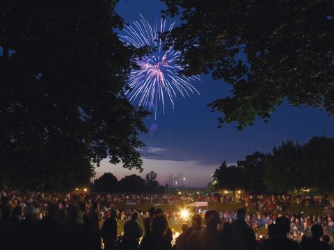 独立記念日にコーラーの空を照らす花火
