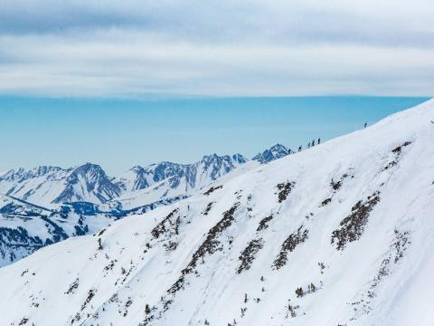 モンタナ州ビッグスカイの長距離スキーレース、シェドホーンスキーモで上る坂