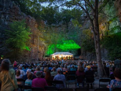 アラバマ州ハンツビルのスリー・ケイブス・コンサート・シリーズの期間中、洞窟の中で行われる生演奏
