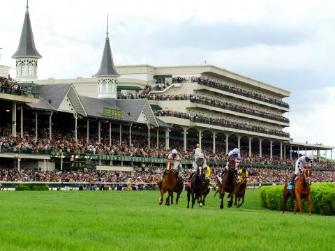 ルイビルのケンタッキーダービー期間中にチャーチルダウンズ競馬場で行われる競馬