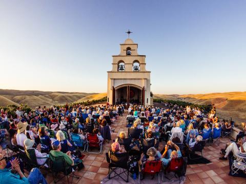 カリフォルニア州サン・ルイス・オビスポ郡のセラ教会で催されるフェスティバルモザイクのコンサート
