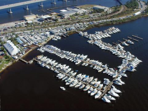 空から見るフロリダ州のスチュアート・ボート・ショー