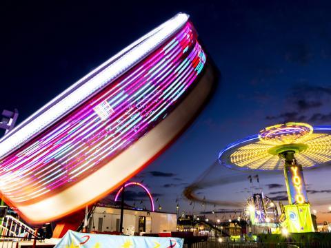 スプリングフィールドで開催されるイリノイ・ステート・フェアの夜を彩るカラフルな乗り物
