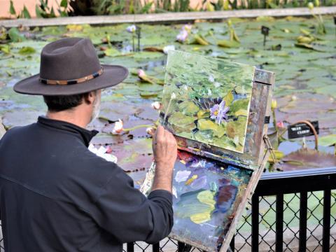 テキサス州で開かれるエンプレインエアーテキサス全国大会&シンチ・ローピング・フィエスタの期間中にシビックリーグ公園でスイレンの絵を描く芸術家