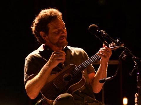カリフォルニア州デイナポイントのオハナ・ミュージック・フェスティバルで演奏するエディ・ヴェダー