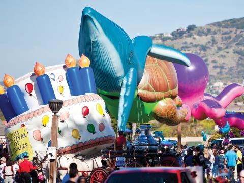 カリフォルニア州デイナポイントのフェスティバル・オブ・ホエールズで行われるパレード