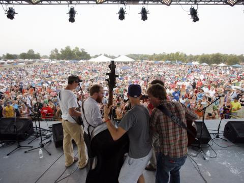 ケンタッキー州オーエンズボロで開催される ROMP フェスティバルでのブルーグラスミュージックの生演奏