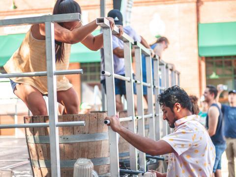 テキサス州グレープバインで開催されるグレープフェストでワイン用ぶどうの足踏みをする人たち