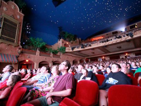 テキサス州エルパソでのプラザ・クラシック・フィルム・フェスティバル開催中、プラザシアターでは映画の上映も