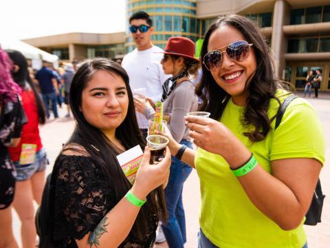 テキサス州エルパソのサンシティ・クラフト・ビール・フェスティバルでビールの試飲を楽しむ人々