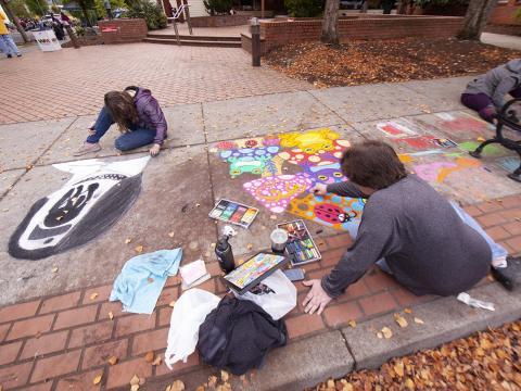 オレゴン州フォレストグローブのサイドウォーク・チョークアート・フェスティバルで制作中のアーティスト