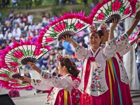 コロンバス・アジアン・フェスティバルでの各国文化のデモンストレーション