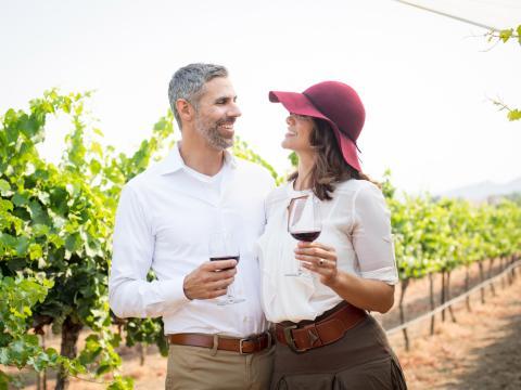 カリフォルニア州テメキュラバレーのブドウ園でワインを試飲するカップル