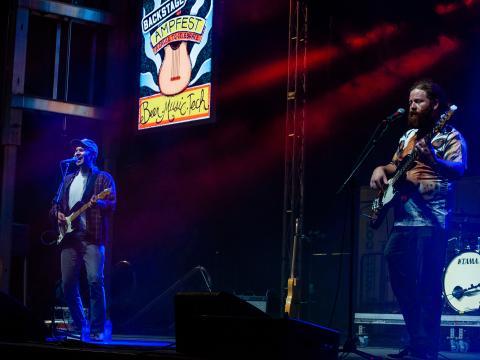ロジャースのウォルマート AMP(アーカンソー・ミュージック・パビリオン)で開催の AMP フェストでのコンサート