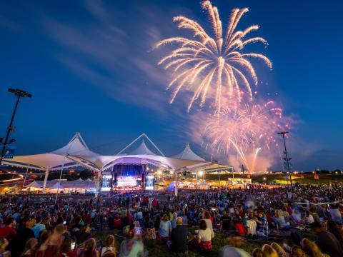 アーカンソー州ロジャースにあるウォルマート AMP で開催の独立記念日の花火ショー