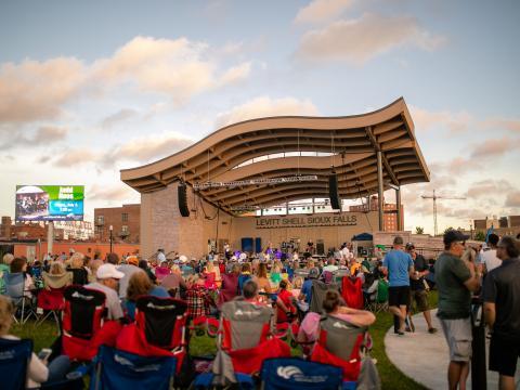 スーフォールズのレビット・アット・ザ・フォールズで開催される夏のコンサートでライブ・ミュージックの鑑賞