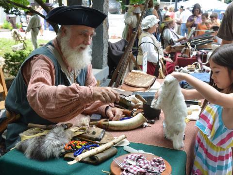 ノックスビルの東テネシー州歴史フェアで、衣装をまとった解説者との交流を楽しみましょう