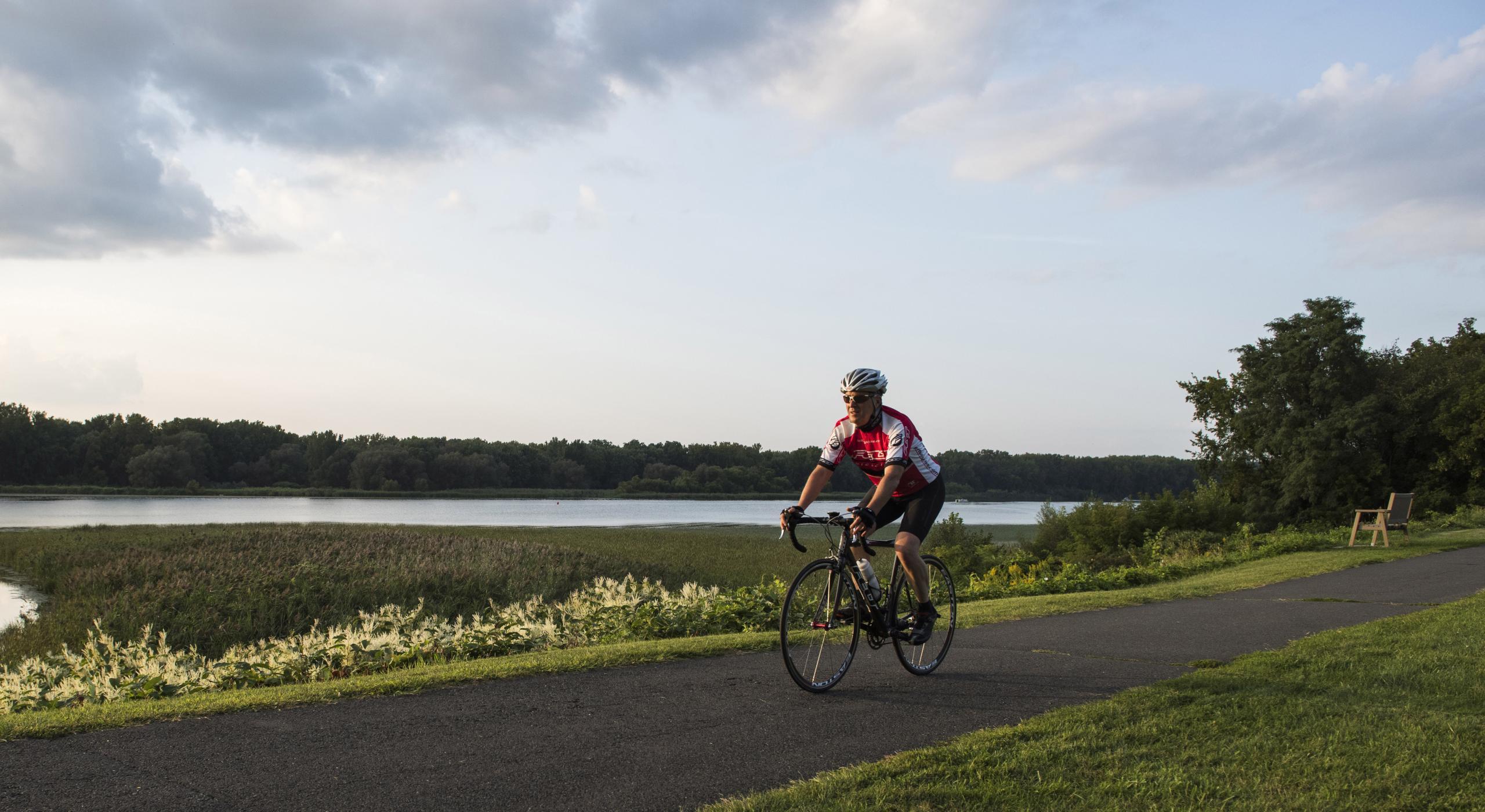 ニューヨーク州を自転車で:あらゆるレベル向けの景観美あふれる 6 本のサイクリングトレイル